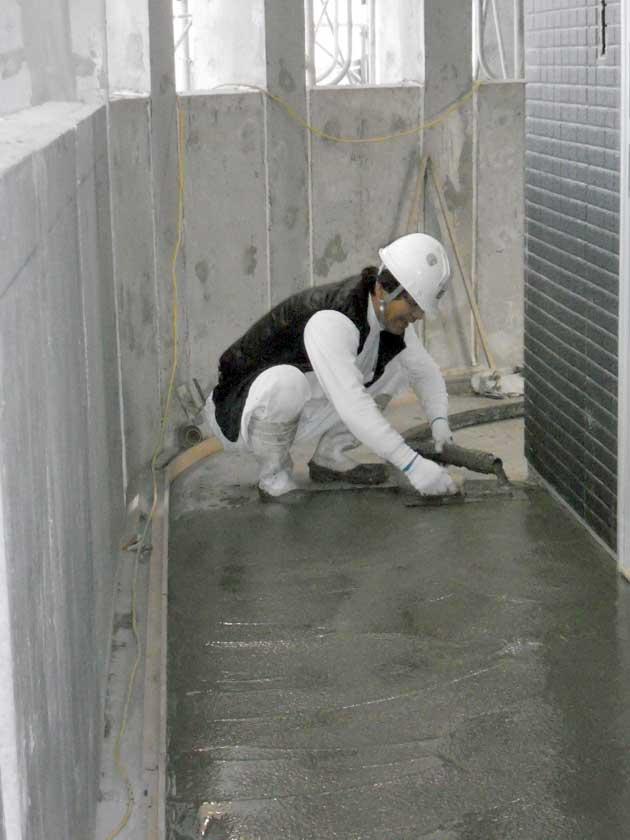 床モルタル塗作業