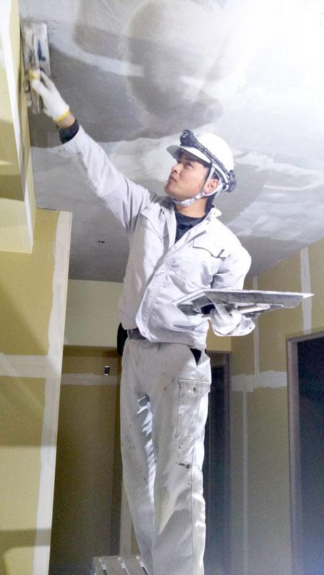 天井薄塗り補修作業